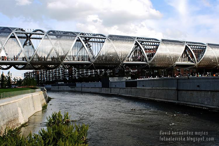 Fotografía del nuevo puente construído sobre el río Manzanares de Madrid, en la zona conocida ahora como Madrid Río, con estructura como de ADN