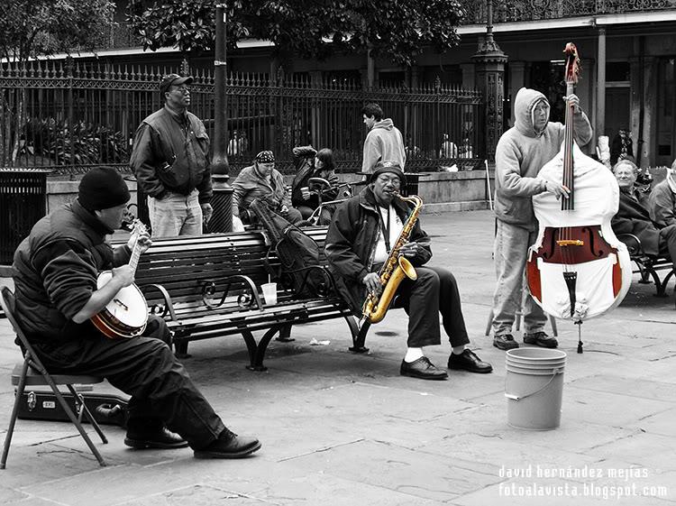 Músicos callejeros tocando en una calle de Nueva Orleans, Estados Unidos