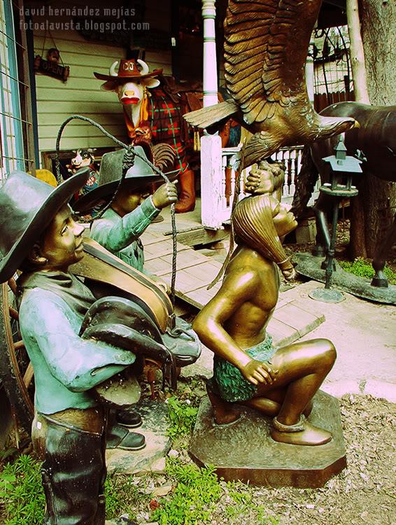 Fotografía realizada en el porche de una casa americana con objetos curiosos en venta, en algún lugar de Dallas, Texas, Estados Unidos