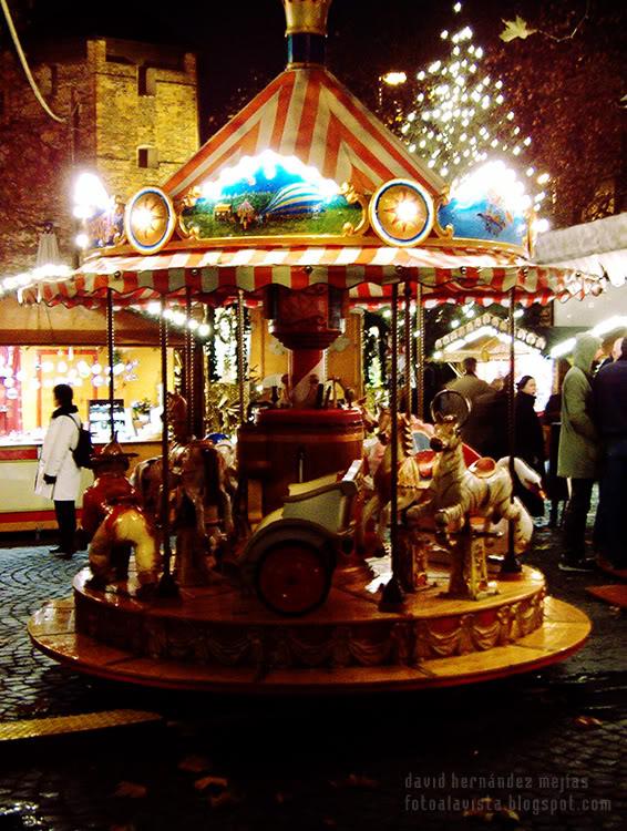 Un pequeño y colorido tíovivo en un mercadillo navideño en Municht, Alemania