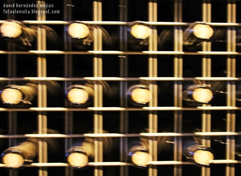 Apuntado por botellas de vino