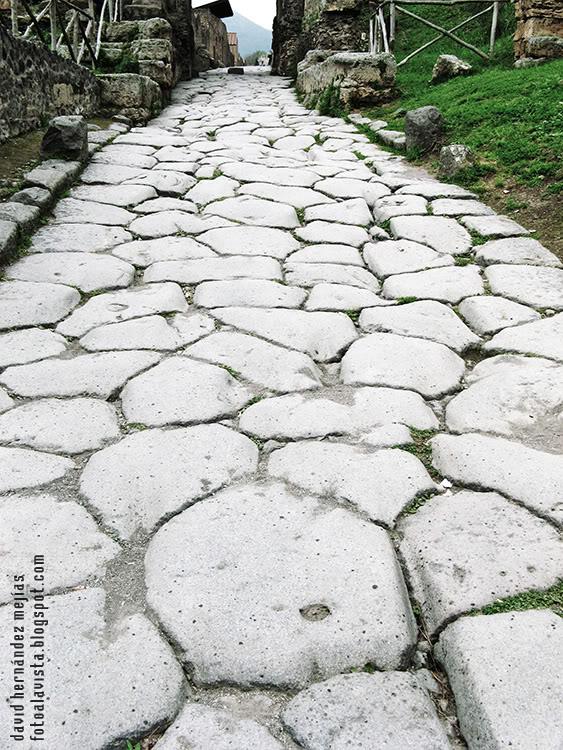 Fotografía realizada en Pompeya (Nápoles), Italia de una de las calles de piedra de la ciudad sepultada por las cenizas del volcán Vesubio