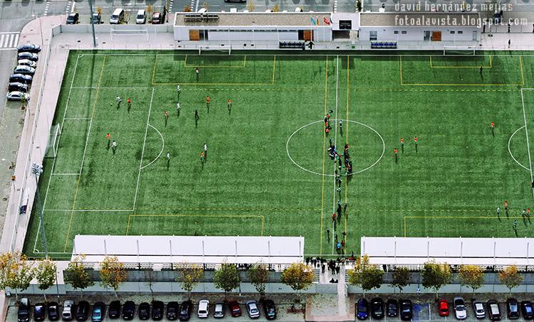 Fotografía tomada desde ultraligero volando por encima de un campo de futbol por los alredores de Villanueva del Pardillo, Madrid
