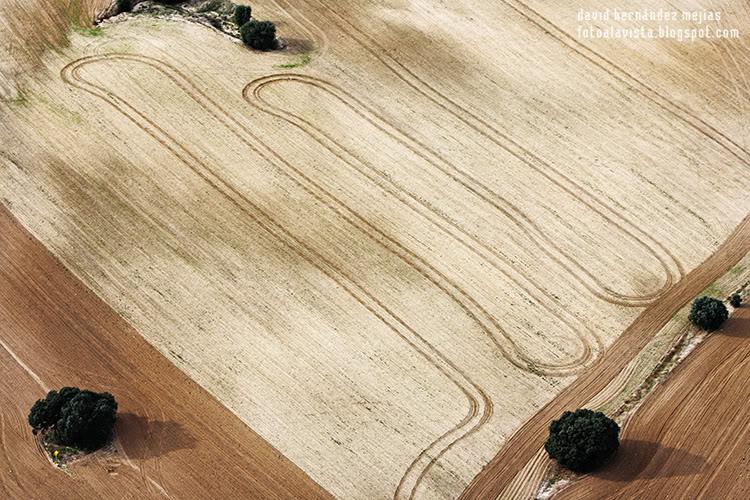 Fotografía tomada desde ultraligero volando por encima de tierras de labranza en Villanueva del Pardillo, Madrid