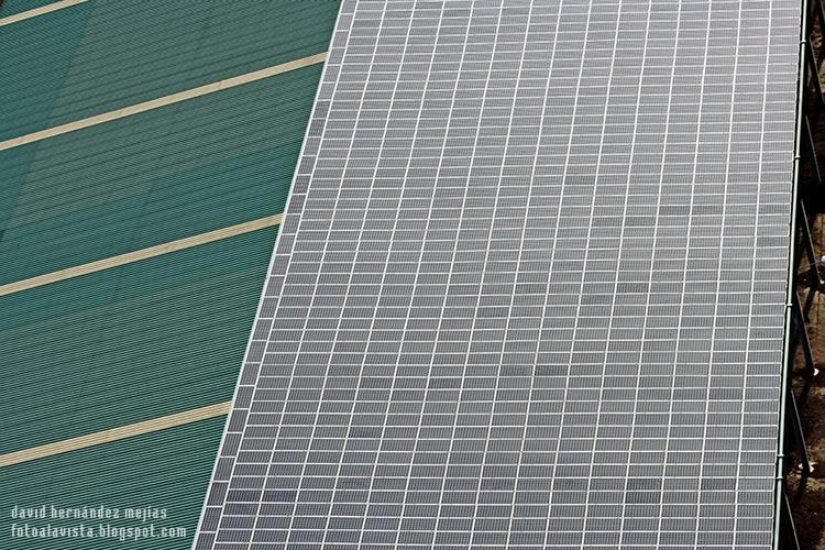 Fotografía tomada desde ultraligero volando por encima de una nave con paneles solares en Villanueva del Pardillo, Madrid