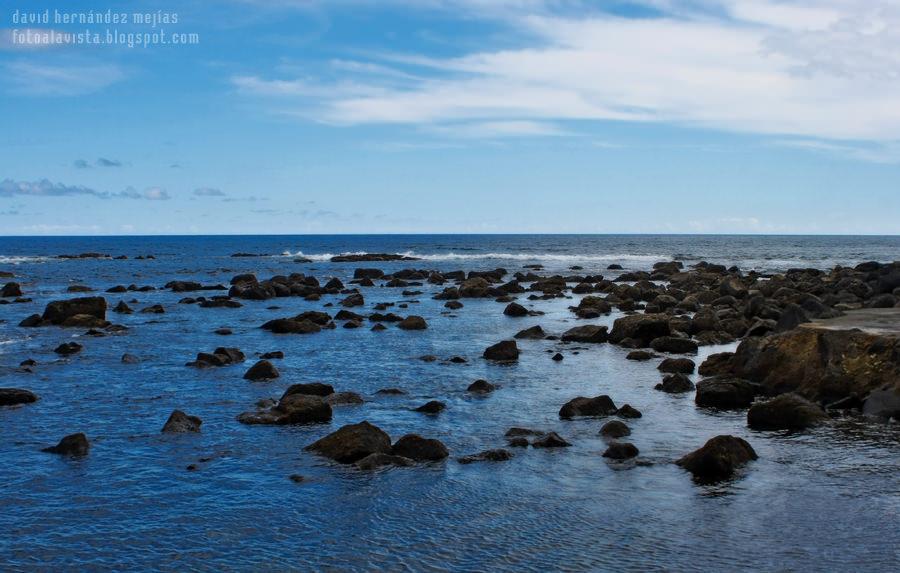 Azul océano salpicado de rocas