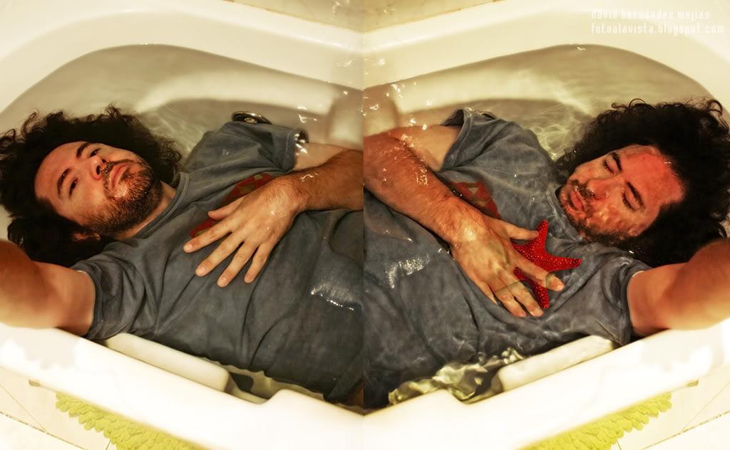 Fotografía realizada para el reto de la Familia Fotera: TRANSPARENCIAS. Personaje bajo el agua cristalina de una bañera con estrella de mar en el lugar del corazón