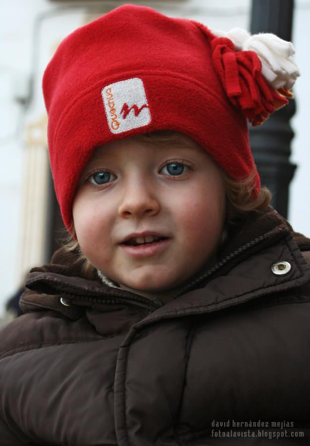 El niño del gorro rojo y los ojos azules