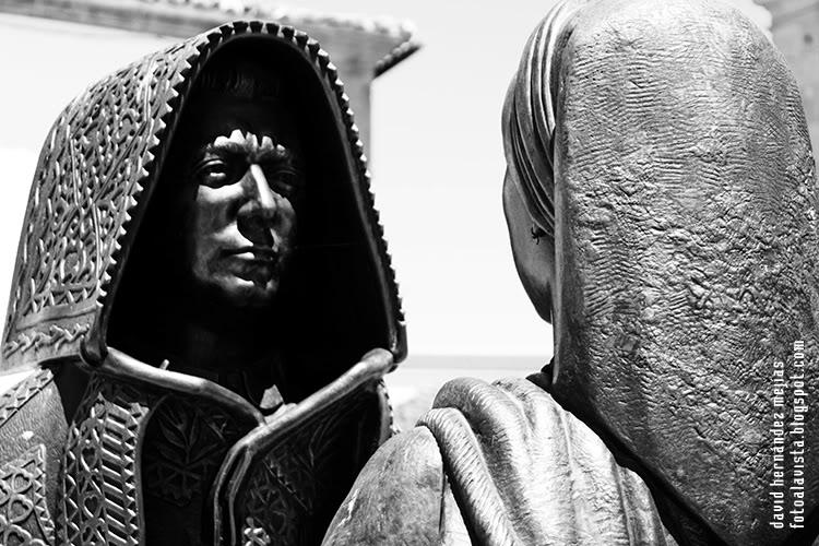 Fotografía realizada en Miranda do Douro, Portugal, a detalle de grupo escultórico que representa el folclore popular del lugar, vistiendo el personaje masculino la capa de honras