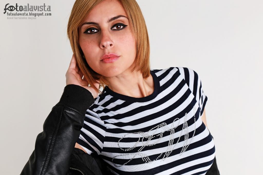 Mirada ad-mirada. Modelo: Anahiz Roldán. Maquillaje y peluquería: Maria Arteaga. Fotografía de estudio. Books