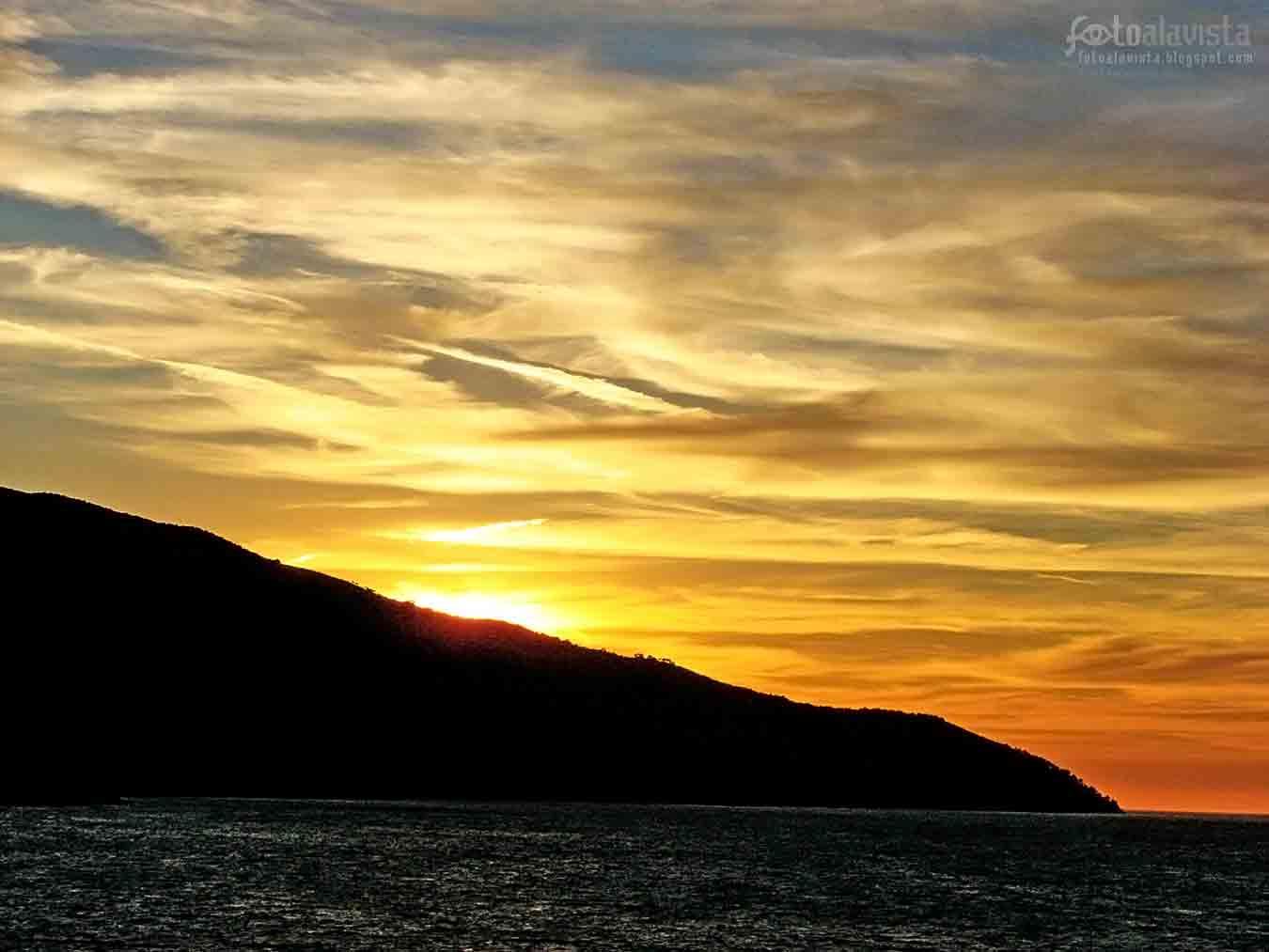 Atardecer sobre el mar en un islote de Islandia. Se termina octubre y se va ocultando el sol.
