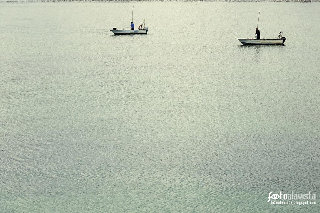 En el mar dos barcas faenan. Fotografía creativa - Fotografía artística