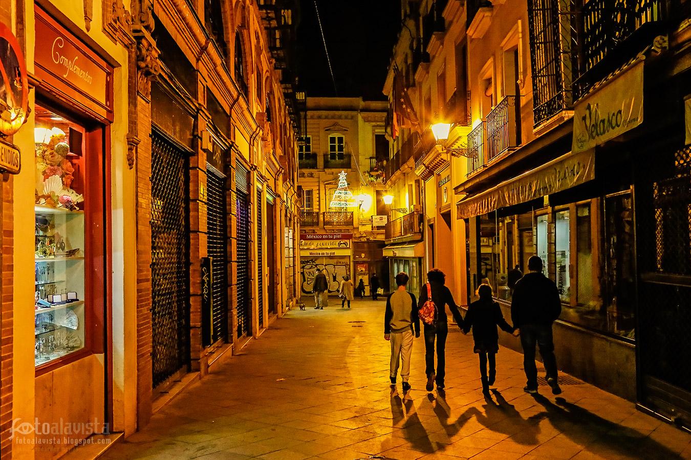 Por la calle dorada camina una familia - Fotografía