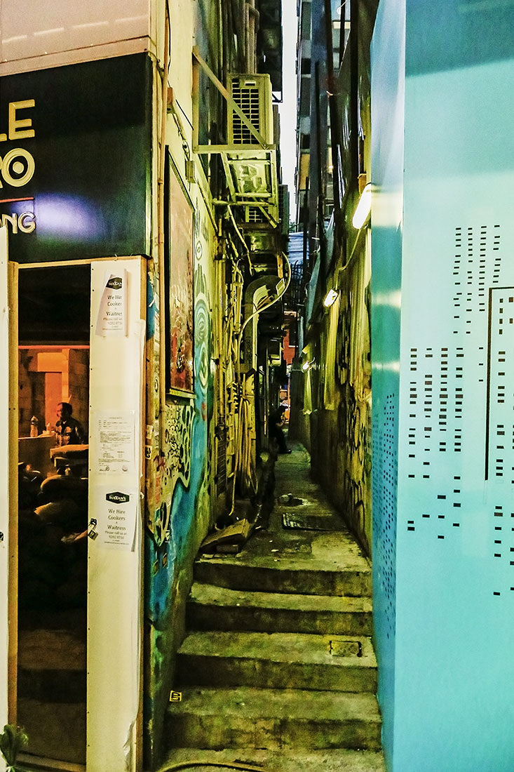 Con la puerta abierta del callejón - Fotografía artística