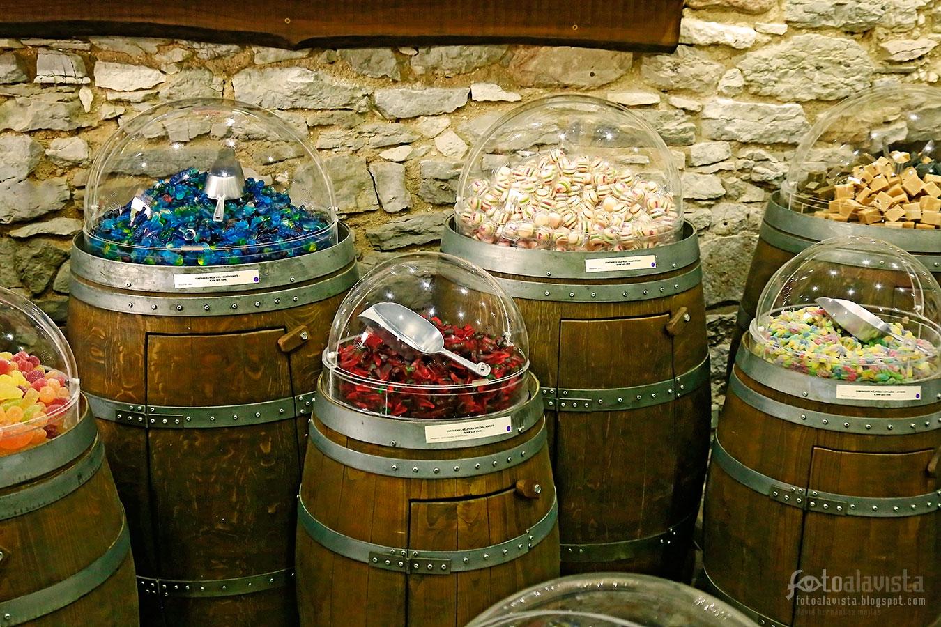 Bidones con esferas y chuches - Fotografía