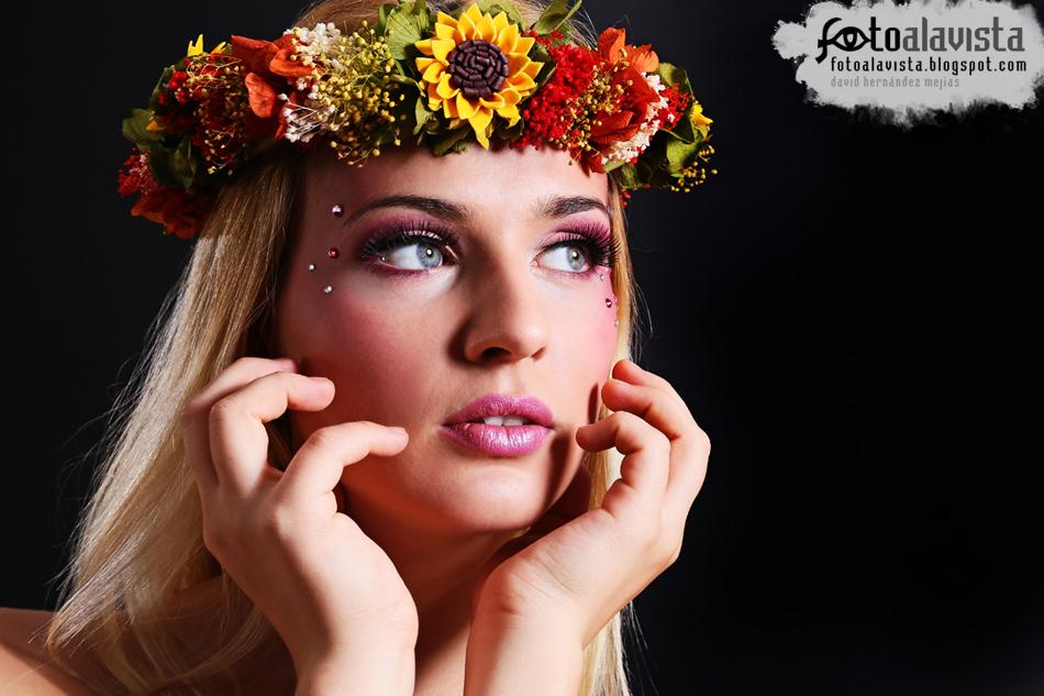 Coronada con flores. Modelo: Adelina Seres.