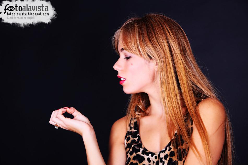 Indiferencia, de perfil. Modelo: Esther Álvarez