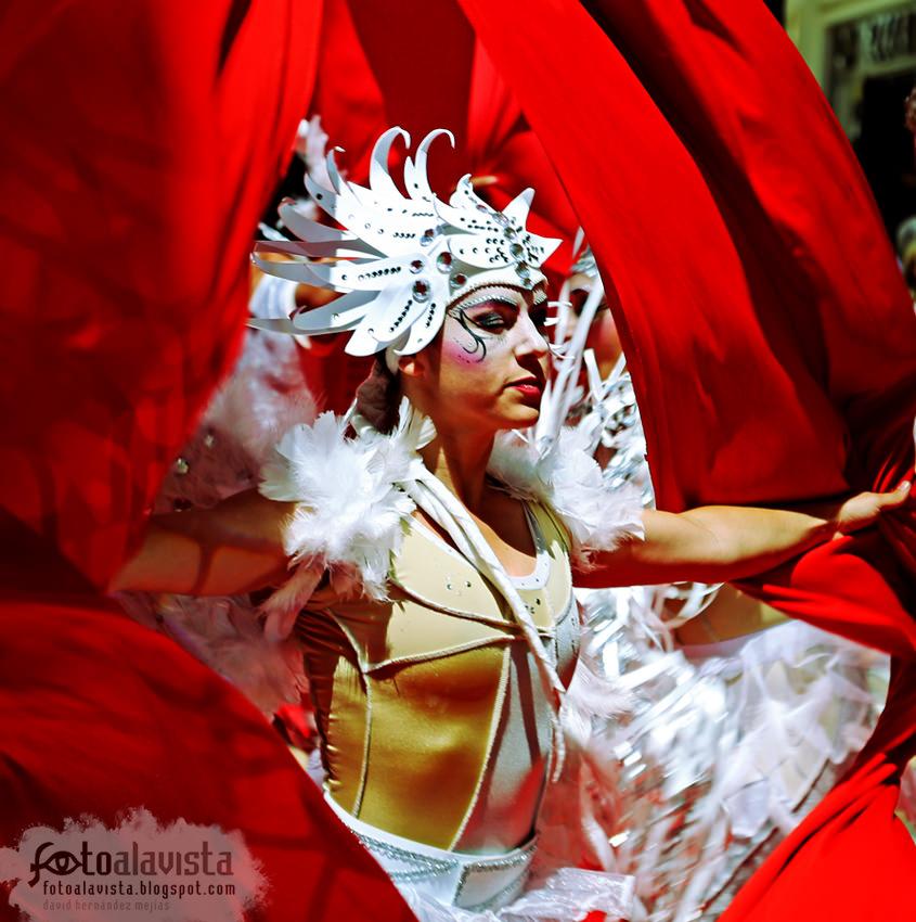 Apertura de plumas blancas en rojo