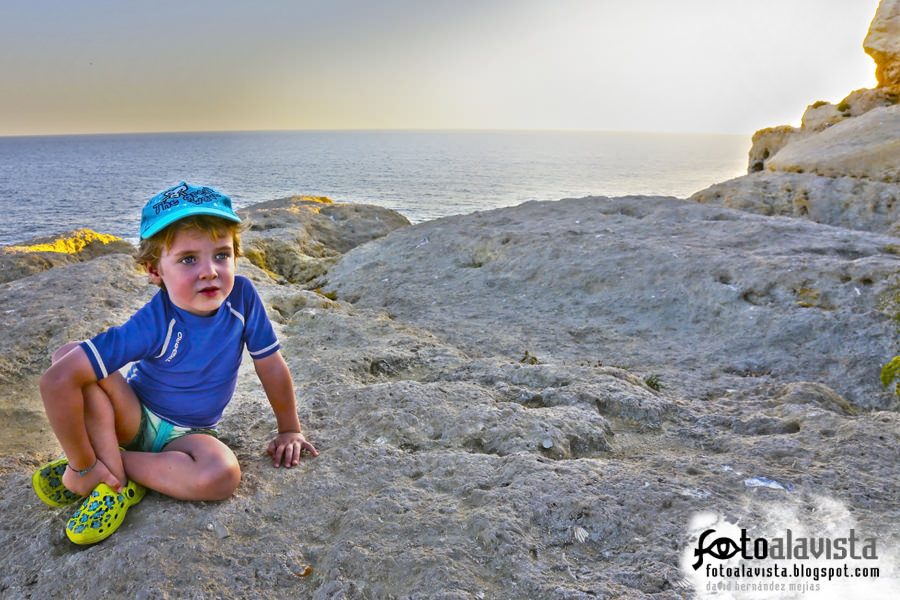 Niño azul al atardecer
