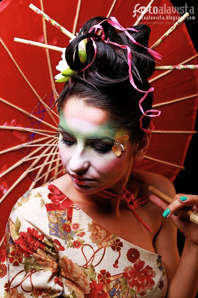 Amparada en una sombrilla roja. Modelo: Adina Avran. Maquillaje y Peluquería: Artyx Make Up Hair. Vestuario: Sara Vidigal. Books de fotografía - Fotografía Creativa - Fotografía de Estudio