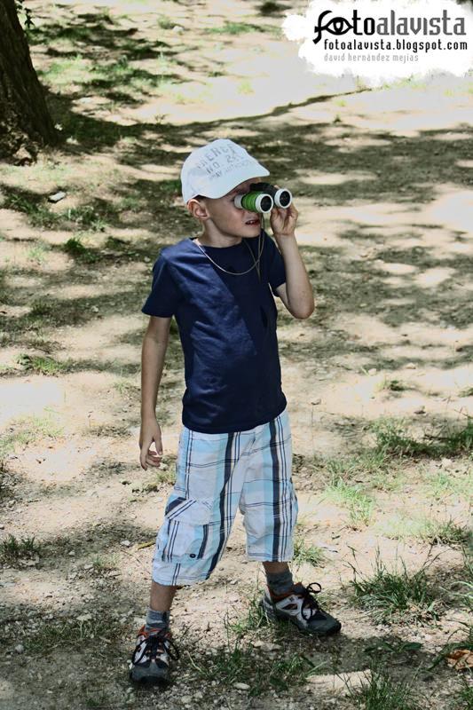 Pequeño observador con prismáticos