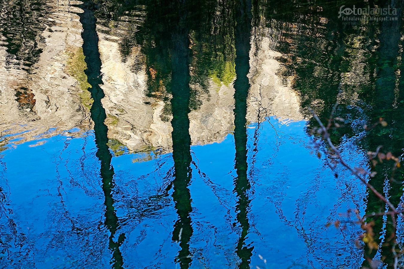 Reflejos rasgados en el agua - Fotografía