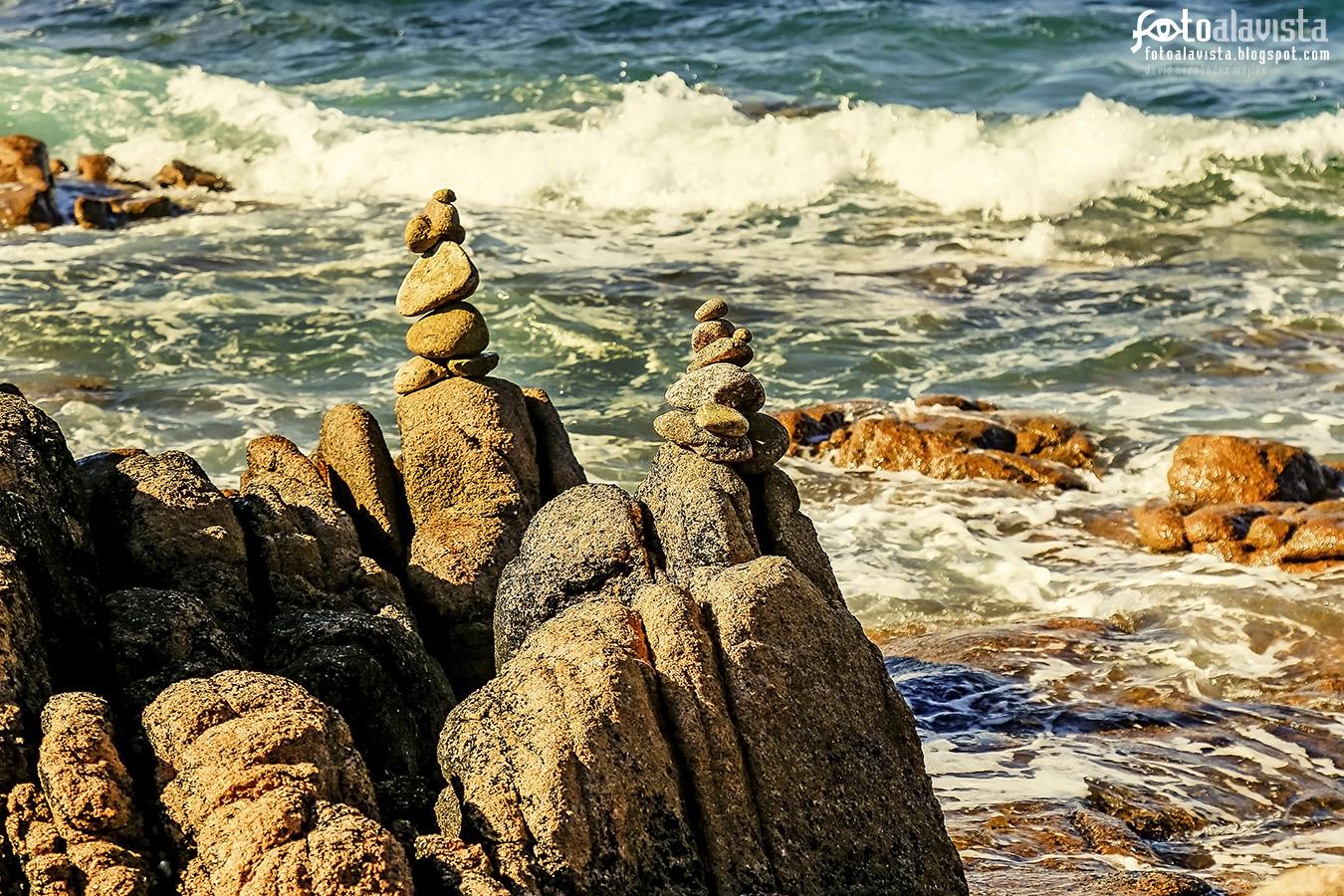Equilibrio diagonal  desafiando a las olas con rotundidad - Fotografía artística