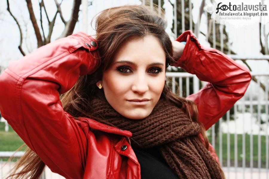 La chica de la chaqueta roja