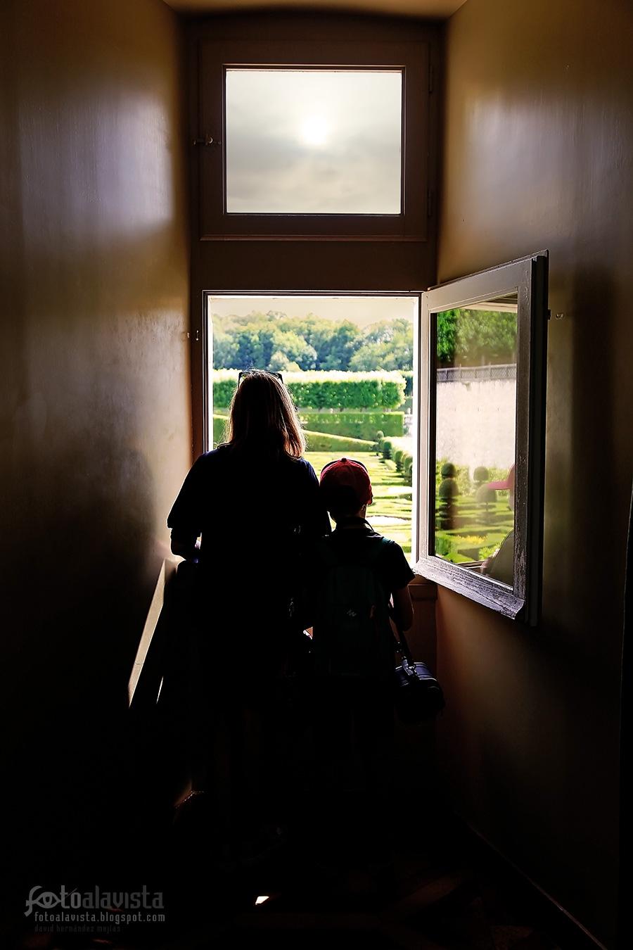 Madre e hijo en la ventana - Fotografía artística